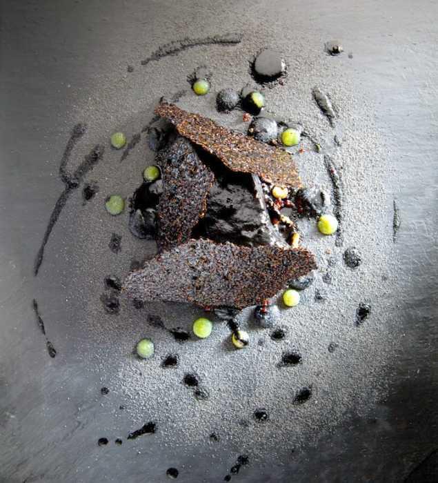 Langoustine с черными чесночными пирожными крошки