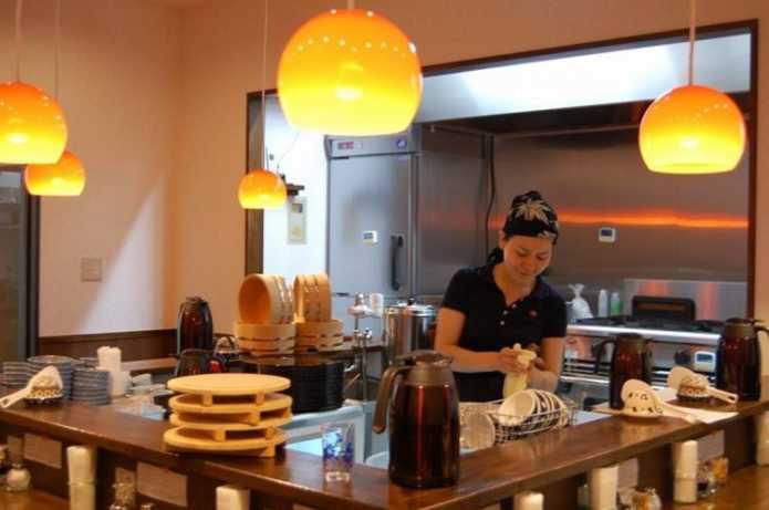Бывший японский инженер-программист открыл ресторан, где посетители могут работать за еду