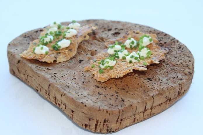 Приветливый и радушный хозяин заведения с радостью представит посетителям национальные сардинские блюда, чтобы те смогли утолить жажду по средиземноморской кухне. Обычный обед начинается с сыра crostini, покрытый сверху муссом пекорино и зеленым луком. Дополняет данное блюдо типичная итальянская закуска: хрустящий и легкий хлеб carasau, подаваемый с рикотто и мёдом abbamele.