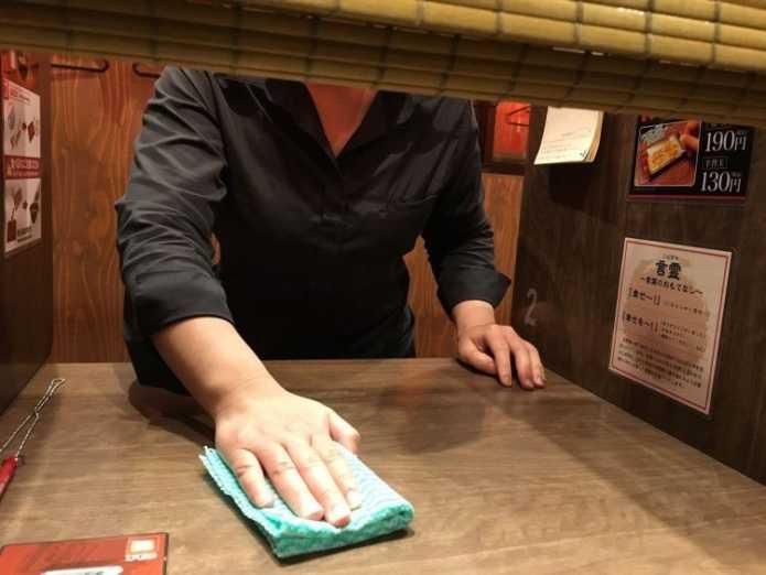 Японский ресторан Ichiran Ramen - рай для интровертов. Окошко для подачи пищи