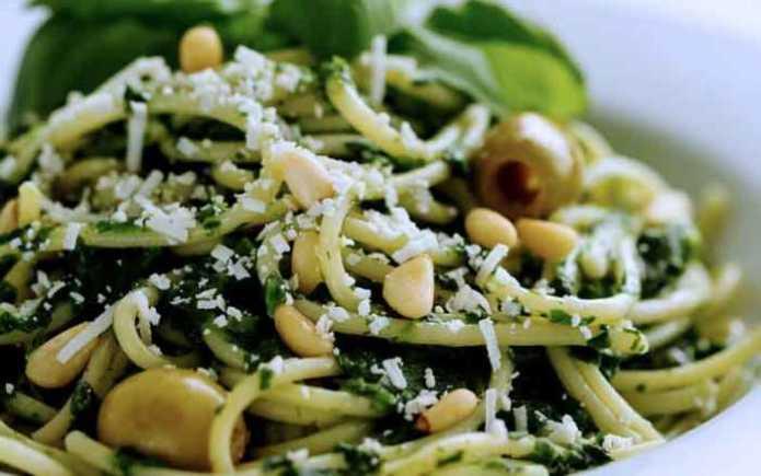 Лапша с оливками, руколой и козьим сыром