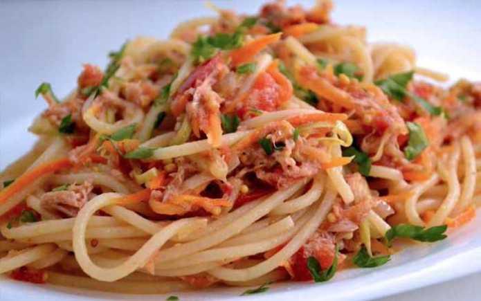 Топ-10 блюд на самоизоляции - Спагетти с тунцом, луком и петрушкой