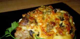Запеченные свиные отбивные с сыром и грибами