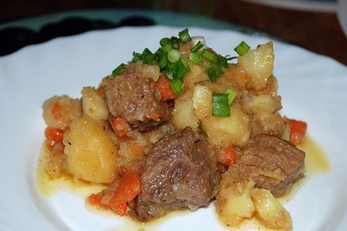 Жаркое по-домашнему с мясом и картофелем в мультиварке