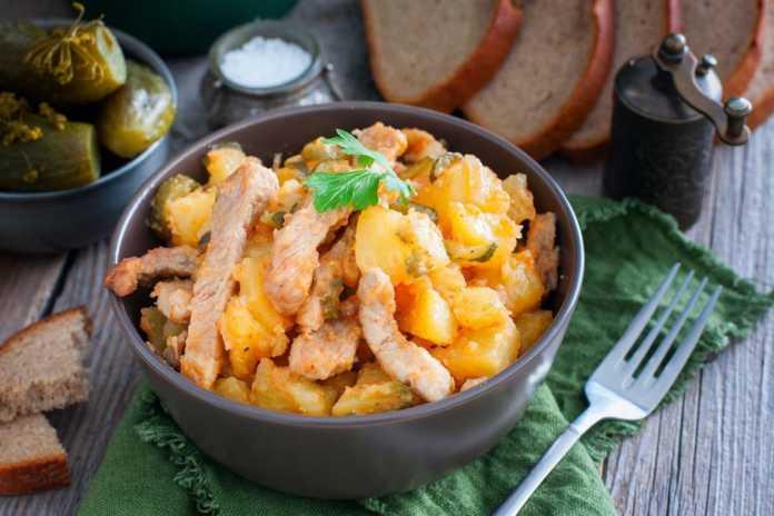 Азу из свинины и картофеля с подливкой