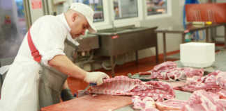 Информационно-аналитическое агентство SoyaNews сообщает, что в апреле объем поставок свинины из Бразилии вырос на 35,1% в натуральном и на 40,6% в стоимостном выражении в сравнении с четвертым месяцем 2020 года. По недавно опубликованным данным Бразильской ассоциации животноводов (ABPA), в апреле 2021 года на внешние рынки было отправлено 98,3 тысячи тонн свинины на сумму $232,3 миллиона.