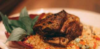 Марокканская кухня сочетает в себе арабскую, с ее любовью к мясу, специям и пряностям, и французскую, что распространилась во времена французского правления, которая отличается изыском и вычурностью.