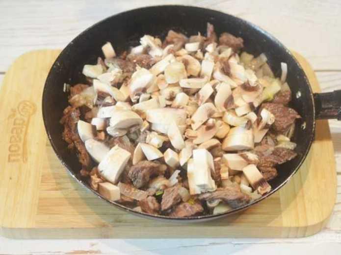Тушеная говядина с грибами и бренди-соусом